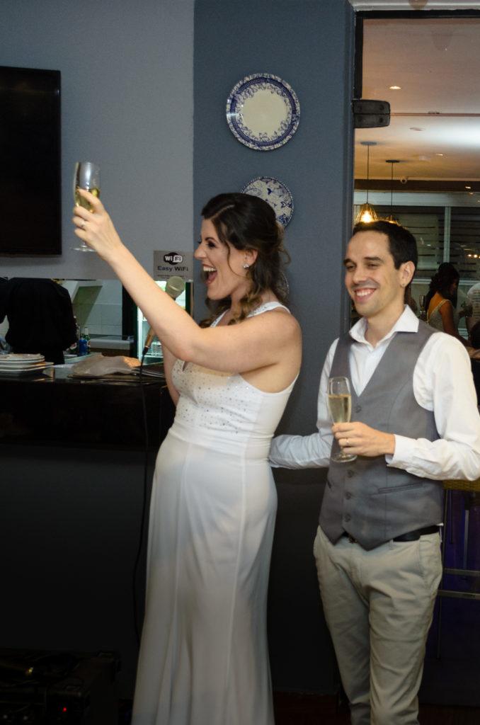 noivos erguem um brinde com taças de champagne em seu casamento